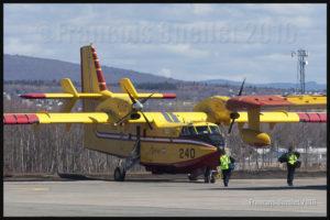 Des membres d'équipage marchent vers les avions-citernes CL-415 du Gouvernement du Québec; ils décolleront sous peu pour Fort McMurray en Alberta, pour aider à la lutte contre les feux de forêt (2016)