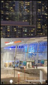 Contraste entre le Ripleys Aquarium of Canada et les condominiums à l'arrière-plan. Toronto, Ontario (2016)