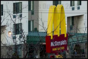 Le M jaune du restaurant Mc Donald's, après un grossissement (focale 200mm) et recadrage à partir de l'appareil Canon 5DSR.