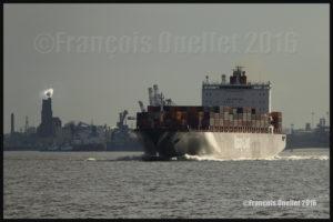 Le navire Toronto Express de la compagnie Hapag-Lloyd près du Port de Québec en 2016. La photo a été prise avec un appareil-photo plein format Canon 5DSR