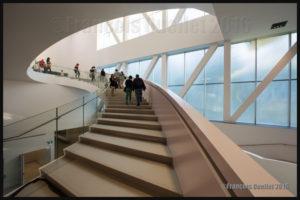 Escalier intérieur du Pavillon Pierre Lassonde, 24 juin 2016. Photo prise avec un Canon 5DSR muni d'un objectif fixe 14mm 2.8L.