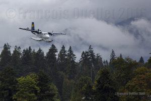 Twin Otter sur flotteurs C-GQKN de la compagnie aérienne Harbour Air en finale pour le Port de Vancouver, en Colombie-Britannique, durant l'été 2016. Photo prise avec un appareil-photo plein format Canon 5DSR