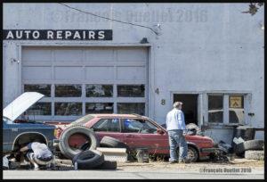 Photographie de rue: un garage qui inspire confiance.