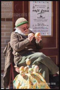 Tom White conçoit des oeufs de Pâques dans le Vieux-Québec (2016)
