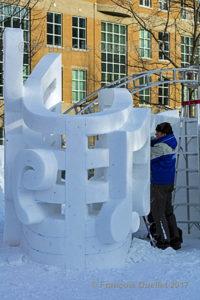 Un sculpteur de l'Italie au travail lors du Carnaval de Québec 2017