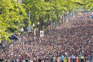 Une partie de la foule attendant d'entrer sur le site du spectacle de Metallica lors du Festival d'été de Québec en 2017