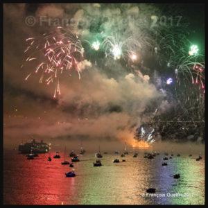 Reflets sur le fleuve St-Laurent lors du feu d'artifice célébrant le 100ième anniversaire du Pont de Québec en 2017.