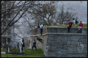 Des jeunes défient la gravité dans le Vieux-Québec