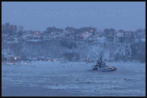 Remorqueur de la compagnie Ocean sur le fleuve St-Laurent près de la ville de Québec durant l'hiver 2018 par -20 C.