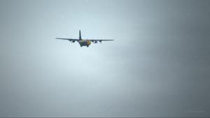 Vue du Lockheed C-130 Hercules avec quatre moteurs en panne, en approche pour Bonners Ferry (65S).