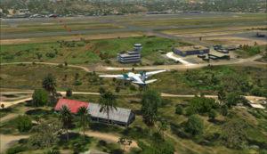 Trajet du Shrike Commander 500S vers le hangar de l'aéroport de Port Moresby Jacksons. La porte est ouverte pour l'arrivée.