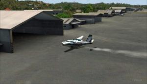 Atterrissage du Shrike Commander quelques pieds avant le hangar. Du pouvoir supplémentaire est nécessaire pour atteindre le hangar.