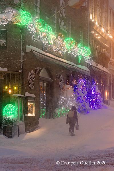 Piéton devant le Pub St-Patrick dans le Vieux-Québec, hiver 2020