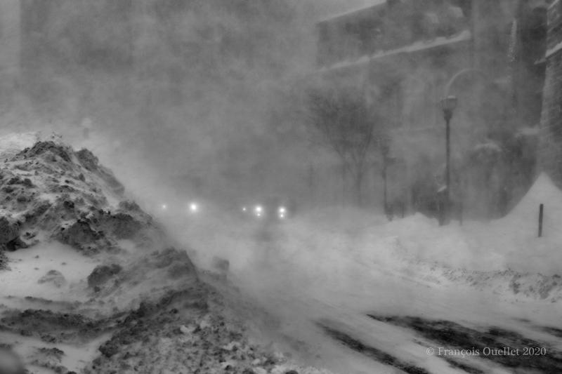 Tempête de neige du 7 février 2020 à la Place d'Youville dans la ville de Québec.