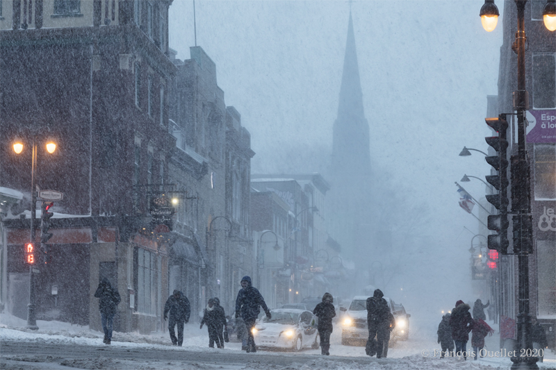 Traversée de l'avenue Honoré-Mercier lors d'une tempête hivernale en 2020.