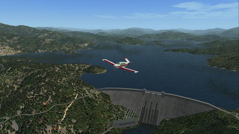Le monomoteur en vol lent et train sorti au-dessus du barrage de Shasta aux États-Unis.