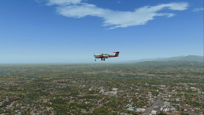 Le Bonanza Accu-Sim arrive au-dessus de la ville de Redding.