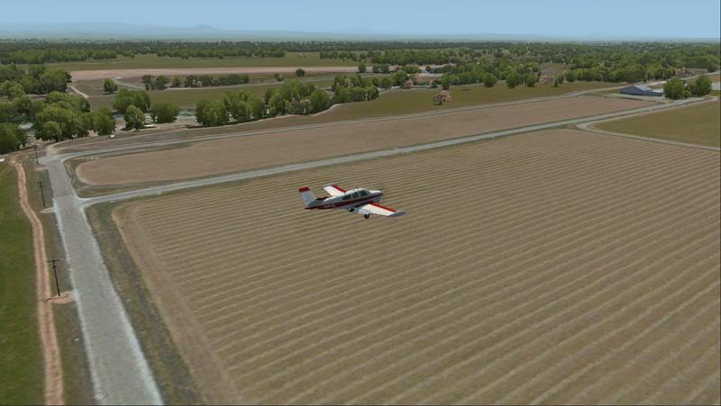 Le Bonanza Accu-Sim en finale au-dessus d'un champ pour l'aéroport virtuel de Redding