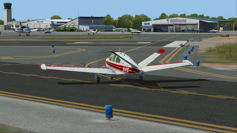 Accu-sim Bonanza sort de piste pour le stationnement devant Air Shasta.