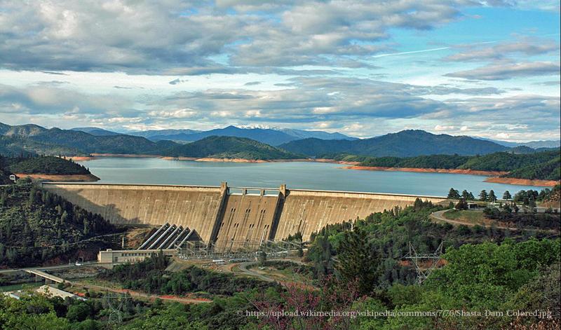 Le barrage de Shasta aux États-Unis.