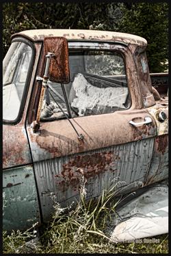Camionnette Ford rouillée le long du Yellowhead highway en Colombie-Britannique.