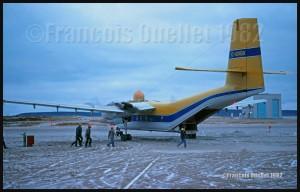 Photos sur films: avions et hélicoptères vus à Inukjuak entre 1982 et 1983