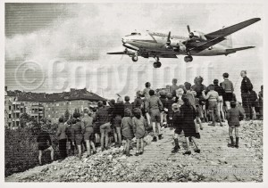 People-and-Berliner-Blockade-und-Rosinenbombers-aviation-postcard-copy
