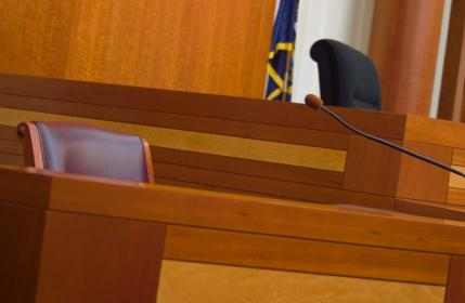 Witness_stand_in_a_courtroom
