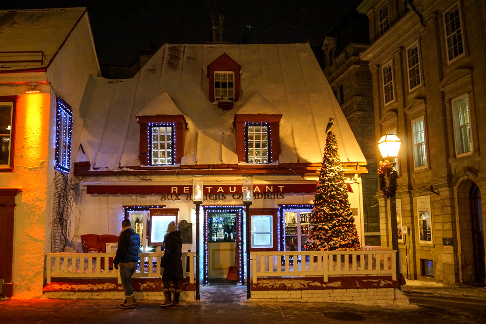 Restaurant Aux Anciens Canadiens at night
