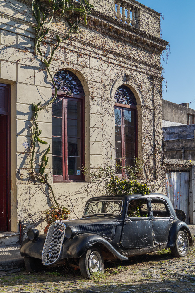 Old car on Calle Portugal in Colonia Del Sacramento