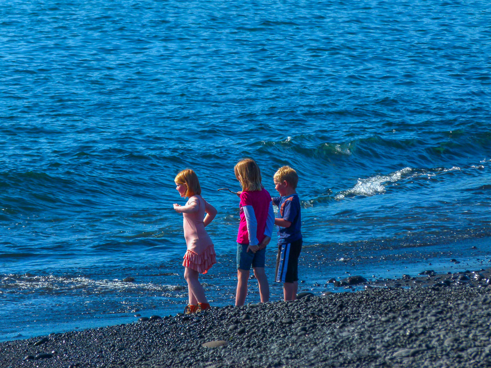 Kids throwing rocks at the sea on Djúpalónssandur beach