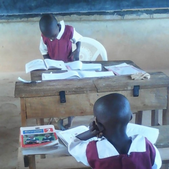 A student reading for the others during a lesson