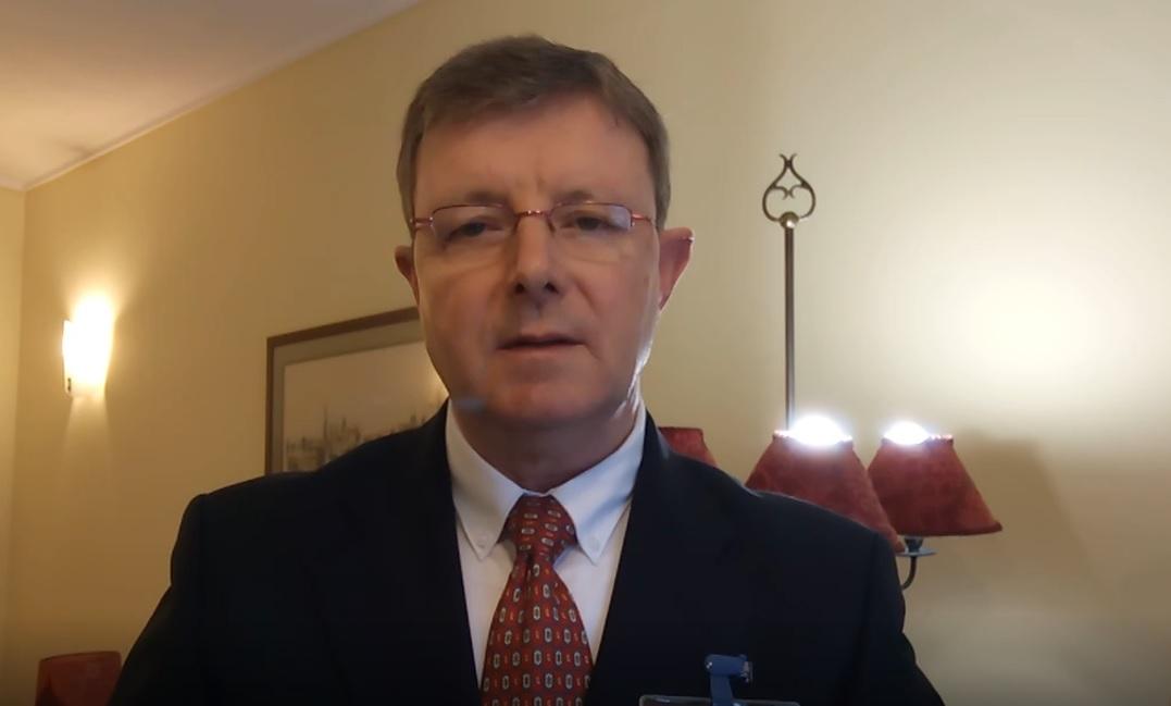 O Élder Bento Dalmeida, testemunha das placas de Mórmon, lê uma revelação do Senhor através do profeta Maurício Berger para a Conferência Mundial do Projeto Sião de abril 2020