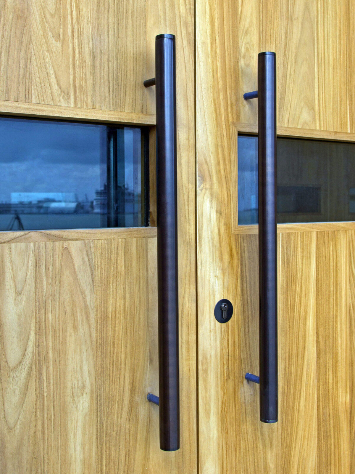 TEAK ENTRANCE DOORS PULL DETAIL.