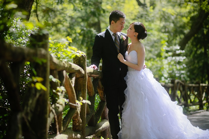 shakespeare-garden-wedding-couple