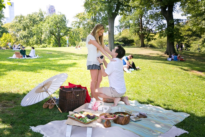 Man proposes to girlfriend at romantic picnic on Cherry Hill