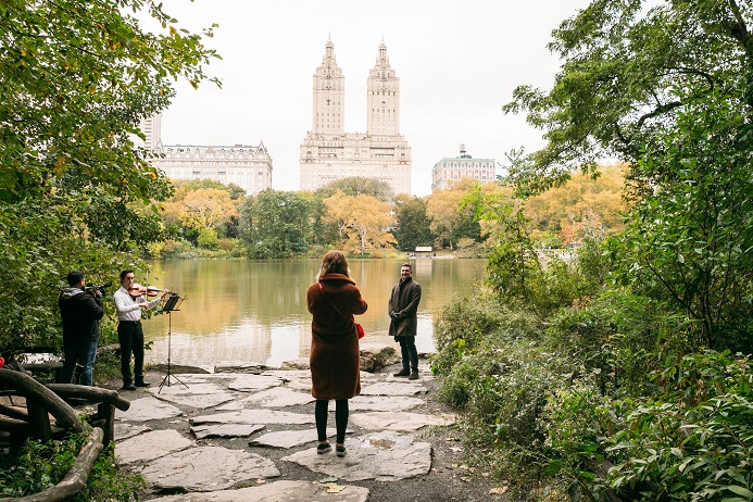 Man waits to propose to girlfriend with violinist playing Central Park