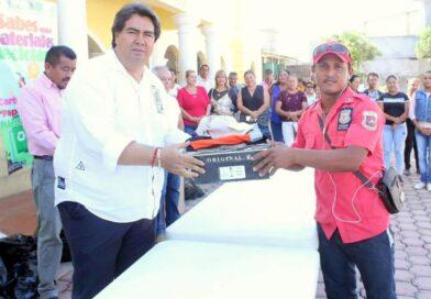 Javier Adame entrega uniformes a elementos de seguridad