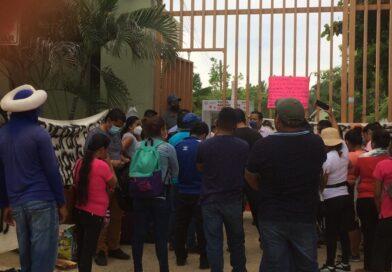 Maestros de contrato bloquean delegación de educación en Cruz Grande