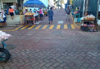 <strong>Comerciantes de San Luis Acatlán obstruyen calle junto al mercado</strong>