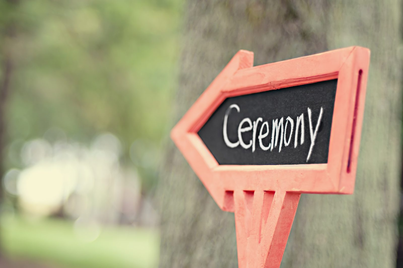 An image of a sign with an arrow pointing to the wedding ceremony site