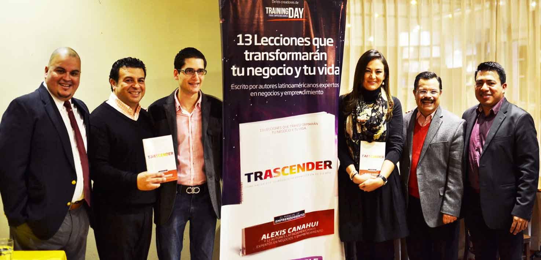 Parte de los autores del libro «Trascender». / Fotografía: ActitudNews