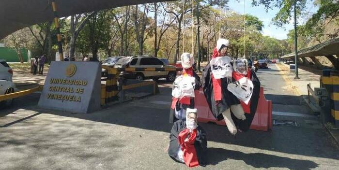 Estudiantes De La UCV Queman Títeres Disfrazados De Magistrados Del TSJ