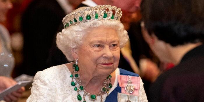 La Reina Isabel Es Búsqueda De Asistente Personal
