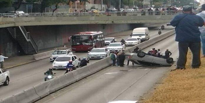 Reportaron Vuelco De Vehículo En La Avenida Libertador