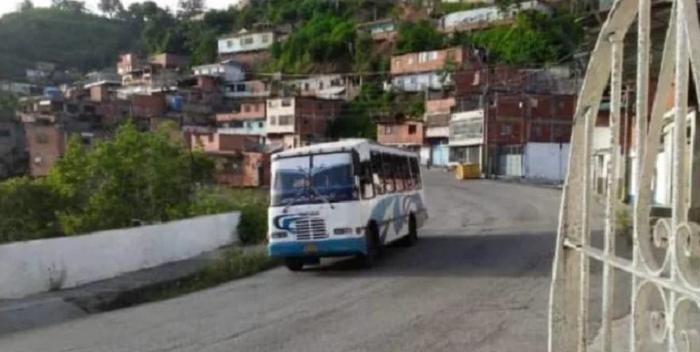 Obligan A Conductor De Autobús A Trasladar Dos Cadáveres En Petare