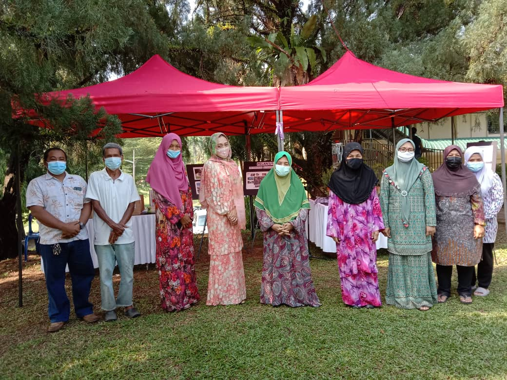 Single mothers receive aid from POIS Sdn Bhd