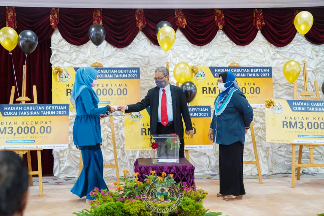 Cash awards for good prompt payers to Ipoh City Council
