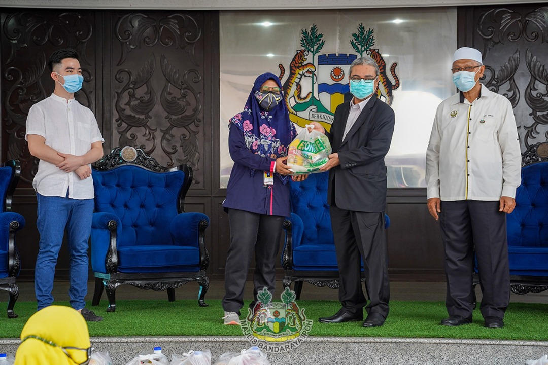 Gerbang Malam traders in Ipoh receive food provisions