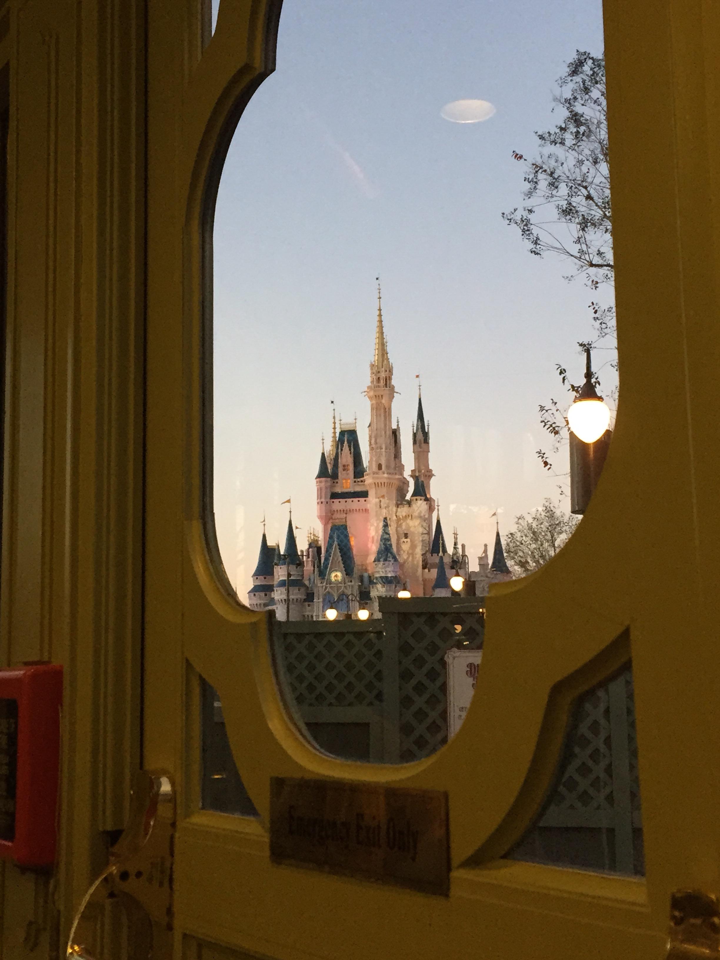 Castlethroughdoorplazainn